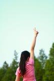 La donna cinese asiatica di forma fisica fa la posa del vincitore Fotografia Stock