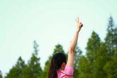 La donna cinese asiatica di forma fisica fa la posa del vincitore Immagini Stock