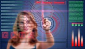 La donna clicca il bottone sulla sequenza del DNA Immagini Stock