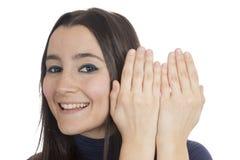 La donna compare dietro le sue mani Fotografie Stock Libere da Diritti