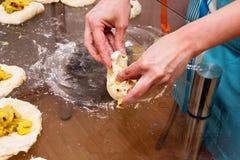 La donna completa il modanatura della torta Fotografia Stock Libera da Diritti