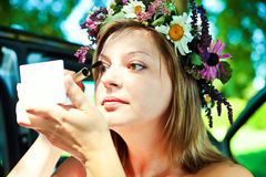 La donna compone gli occhi Fotografie Stock Libere da Diritti