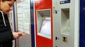 La donna compra i biglietti alla stazione della metropolitana Immagini Stock Libere da Diritti