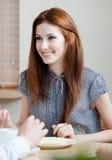 La donna comunica con qualcuno al self-service Immagine Stock Libera da Diritti