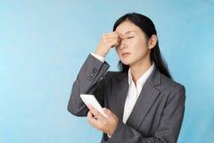La donna con affaticamento della vista fotografie stock libere da diritti