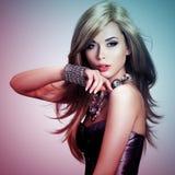 La donna con capelli lunghi è nella tintura colorize lo stile Immagini Stock