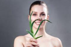 La donna con chiara pelle che tiene l'aloe verde va Fotografia Stock
