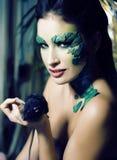 La donna con creativo compone come il serpente ed il ratto in sue mani, scherzo del primo piano di orrore di Halloween spaventoso immagini stock libere da diritti
