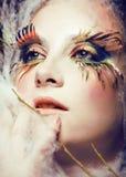 La donna con creativo compone il primo piano come la farfalla, sferze di tendenza dell'estate grandi Immagini Stock