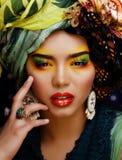 La donna con creativo compone, molti scialli sulla testa come la donna cubian immagini stock