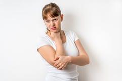 La donna con dolore del gomito sta tenendo il suo braccio facente male Fotografie Stock Libere da Diritti