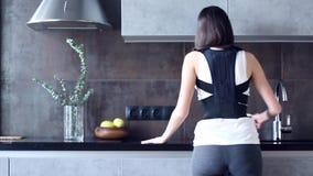 La donna con ferito indietro indossa la fasciatura posteriore di sostegno video d archivio