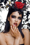 La donna con gioielli rosa, neri abbastanza castana e rosso, luminoso compongono il kike un vampiro Fotografie Stock
