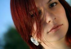La donna con gli ornamenti del gioielliere Fotografie Stock