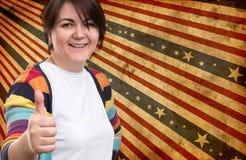 La donna con i pollici aumenta il gesto Fotografie Stock Libere da Diritti