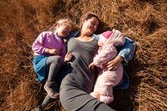 La donna con il bambino e la ragazza gode della natura fotografia stock