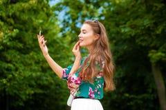 la donna con il bastone Bella donna del Brunette Fotografia Stock