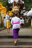 La donna con il canestro sulla testa cammina sulle scale immagini stock libere da diritti