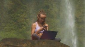 La donna con il computer legge i messaggi di testo sulla pietra video d archivio
