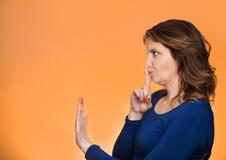 La donna con il dito sulle labbra, shhh chiedere di gesto è calma Immagine Stock Libera da Diritti