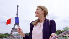 La donna con il francese diminuisce vicino alla torre Eiffel che fa il selfie Donna turistica sorridente che viaggia in Europa stock footage