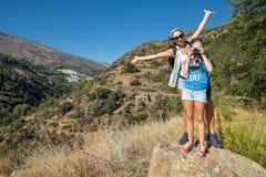 La donna con l'adolescente sulla passeggiata Fotografia Stock