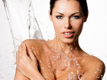 La donna con l'ente bagnato e spruzza dell'acqua Fotografia Stock Libera da Diritti