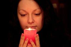 La donna con la candela burning Fotografie Stock Libere da Diritti