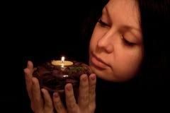 La donna con la candela burning Immagine Stock