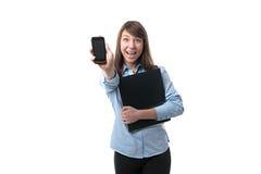 La donna con la cartella mostra il telefono fotografia stock