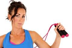 La donna con la corda e l'allenamento di salto copre l'esame della macchina fotografica Immagine Stock