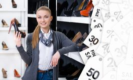 La donna con la scarpa a disposizione sceglie le pompe alla moda sulla vendita Immagini Stock Libere da Diritti