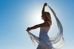 La donna con la sensibilità della sciarpa ha equilibrato Immagini Stock Libere da Diritti