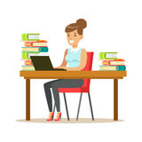 La donna con Lap Top At The Desk ha circondato dai mucchi dei libri, illustrazione sorridente di Person In The Library Vector Fotografia Stock Libera da Diritti