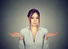 La donna con le armi fuori scrolla le spalle le spalle così che cosa indosso il ` t so Fotografie Stock Libere da Diritti