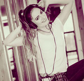 La donna con le cuffie ascolta musica e balla Fotografia Stock Libera da Diritti
