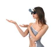La donna con le mani aperte mostra qualcosa voi per lo spazio del testo Immagine Stock