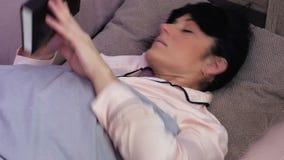 La donna con la prova del libro cade addormentato