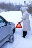 La donna con segnale di pericolo dentro l'inverno Fotografia Stock Libera da Diritti