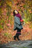 La donna con trucco e l'acconciatura in autunno parcheggiano Fotografia Stock