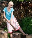La donna con un'ascia di scissione prepara la legna da ardere. Ritratto in un giorno soleggiato Fotografia Stock Libera da Diritti