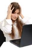 La donna con un computer portatile, è sorpresa Immagine Stock