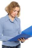 La donna con un dispositivo di piegatura, riflette. Immagine Stock