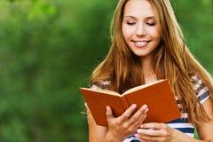 La donna con un libro, ha letto Fotografia Stock Libera da Diritti