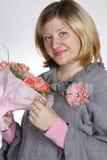 La donna con un mazzo di fiori Immagine Stock