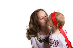 La donna con una bambina nel cittadino ucraino copre il isola Immagine Stock