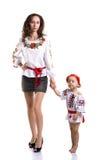 La donna con una bambina nel cittadino ucraino copre il isola Fotografia Stock