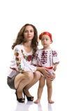 La donna con una bambina nel cittadino ucraino copre il isola Fotografie Stock