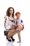 La donna con una bambina nel cittadino ucraino copre il isola Fotografia Stock Libera da Diritti