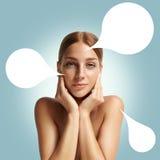 La donna con una nota 3D bolle circa la sua pelle Fotografia Stock Libera da Diritti